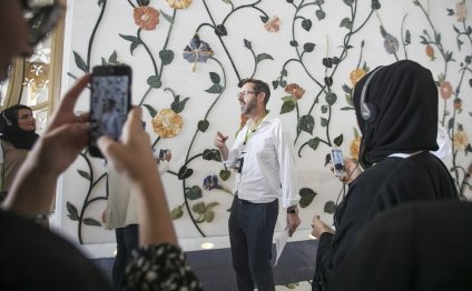 Artist tours Sheikh Zayed